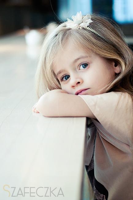 Dziewczynka w łososiowej bluzeczce