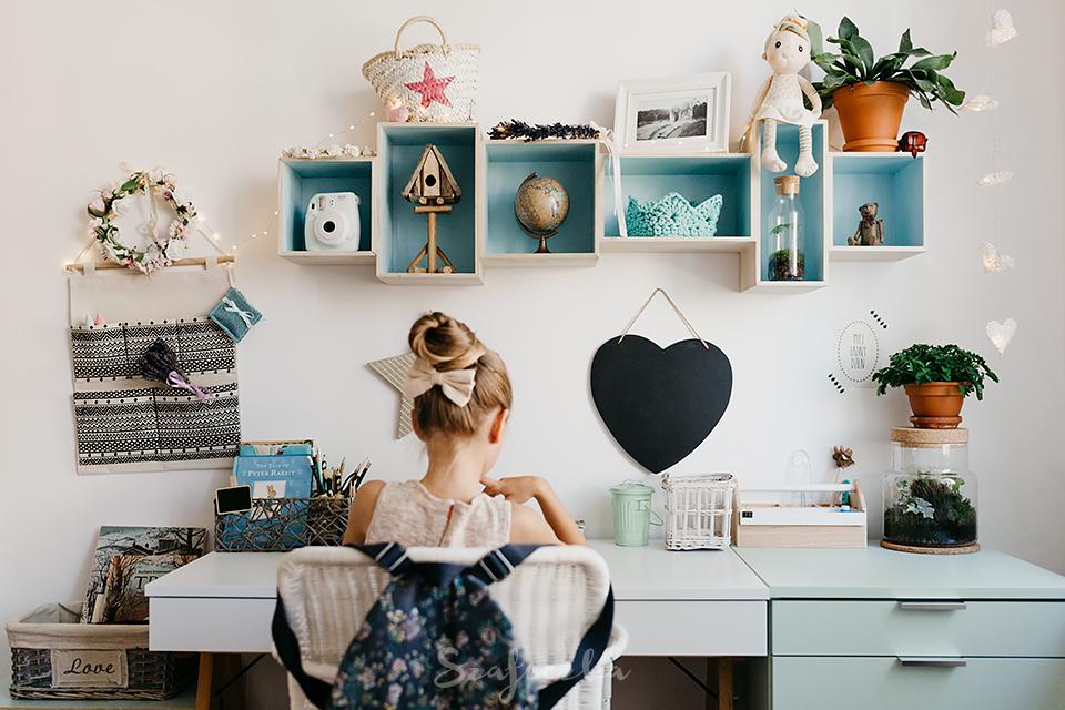 Pewnie większość z Was pamięta, że biurko nasza córka już miała od jakiegoś czasu. Było ładne, białe i stało w pokoju córki przez dwa lata. Przyszedł czas na to, aby je wymienić, dlaczego?