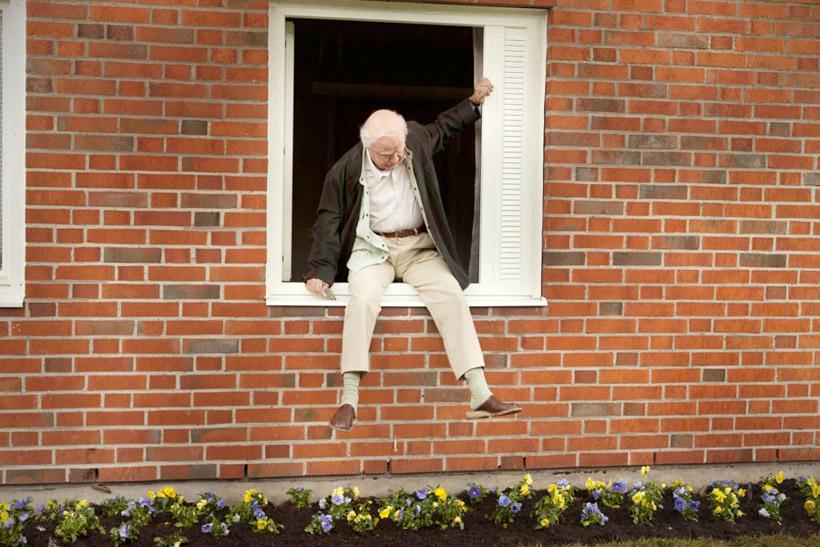stulatek-który-wyskoczył-przez-okno-i-zniknął